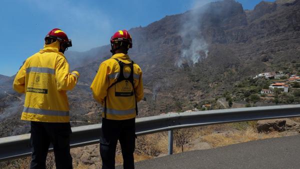 Agentes del cabildo en el incendio de Tejeda (Gran Canaria)