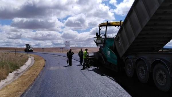 Trabajos de mejora y refuerzo del firma de una de las carreteras de la provincia de Segovia