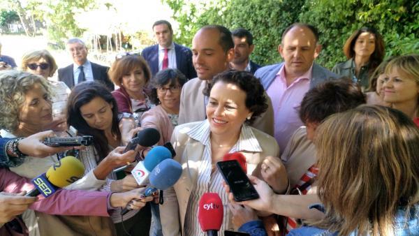 Magdalena Valerio atiende a los medios en los jardines del Palacio Real de la Granja de San Ildefonso.
