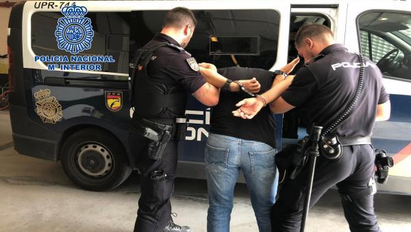 Uno de los detenidos conducido al furgón policial