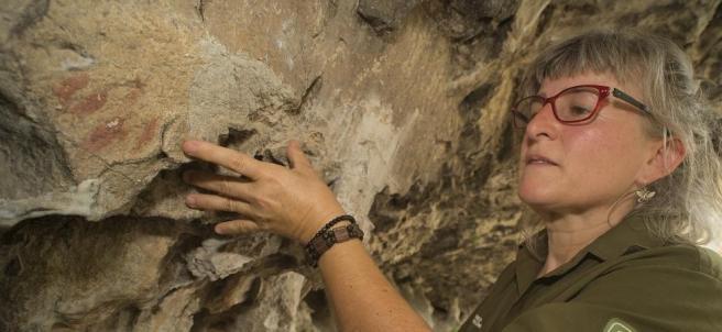 Ana Baquedano con las pinturas que descubrió en julio.