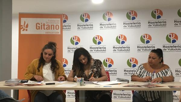 De izq a dcha: la resposable del programa Acceder, Eva Martínez; la presidenta de la asociación provincial de hostelería de Valladolid, María José Hernández Méndez; y la agente intercultural de la FSG, Chari Cerreduela, firman el convenio de colaboración