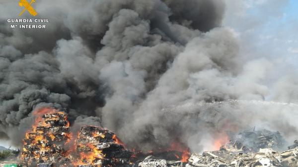 Humo generado por el incendio declarado en julio en una chatarrería de Valladolid.