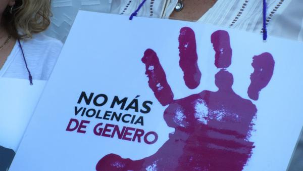 Cartel portado por una mujer en una concentración contra la violencia machista