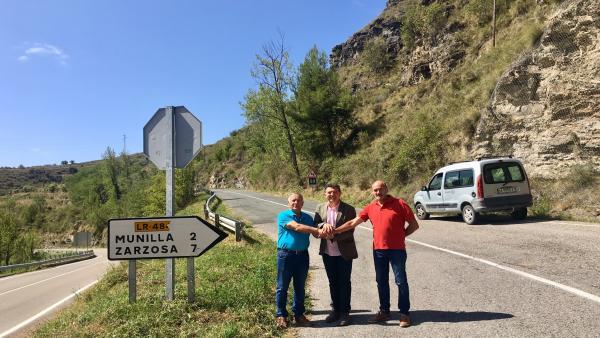 El consejero de Fomento, Carlos Cuevas, con los alcaldes de Munilla y Zarzosa visitan las obras en la carretera