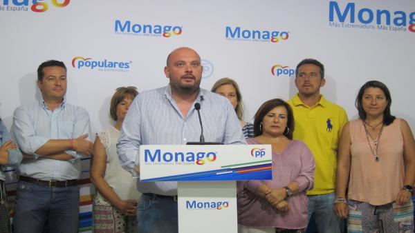 El coordinador de Electoral del PP de Extremadura y alcalde de Valencia del Mombuey, Manuel Naharro, ofrece una rueda de prensa, en la sede regional del PP.