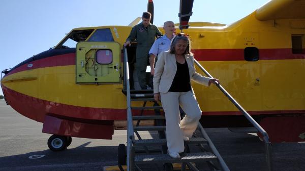 La subdelegada del Gobierno bajando del avión.