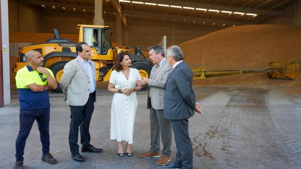 La ministra de Hacienda en funciones, María Jesús Montero (3D), junto al Alcalde de Sevilla Juan Espada (2D), durante la visita la Zona Franca del Puerto de Sevilla.