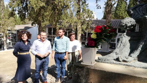 Jose Luis Ruiz Espejo y Francisco Calderon (PSOE) en homenaje a las victimas de la dictadura franquista en Antequera