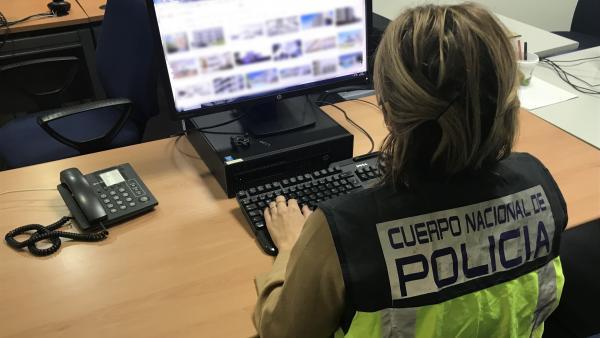 Una agente de Policía Nacional en tareas de investigación