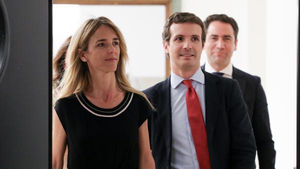 Imagen de recurso de la portavoz del PP en el Congreso de los Diputados, Cayetana Álvarez de Toledo (d) y el presidente del partido, Pablo Casado (i), con el secretario general de la formación, Teodoro García Egea de fondo.