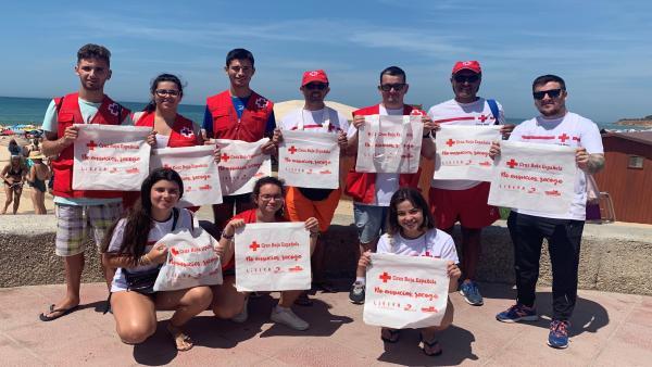 Voluntarios con las bolsas reutilizables