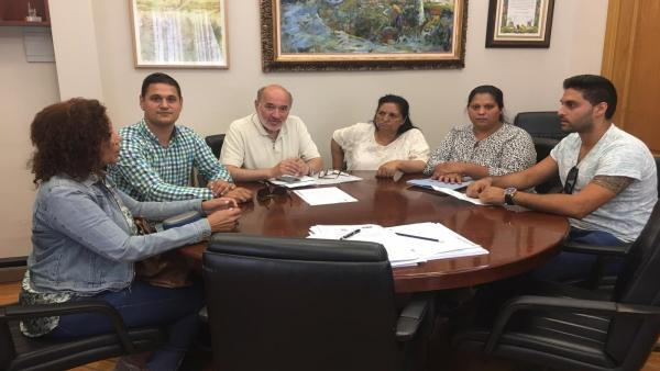 El alcalde de Calatayud y miembros de la  Fedeeración de Asociaciones Gitanas de Aragón