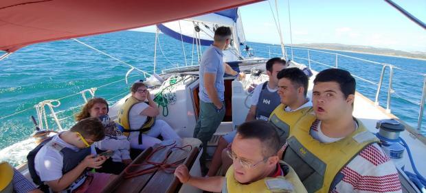 Una tripulación de la Escuela de Vela Adaptada (EVA) del Puerto Deportivo de Sotogrande