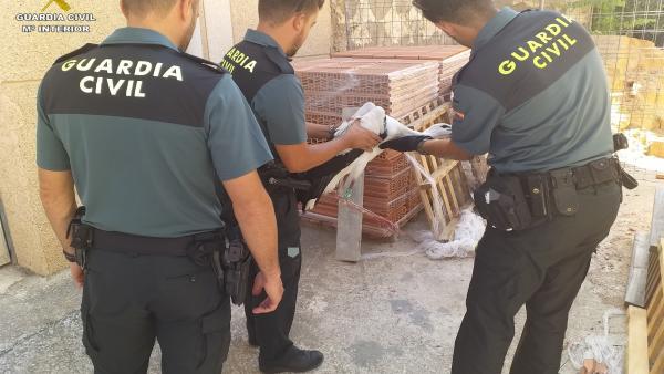 La Guardia Civil de Teruel rescata a una cigüeña atrapada en unas obras en la localidad de Cella (Teruel).