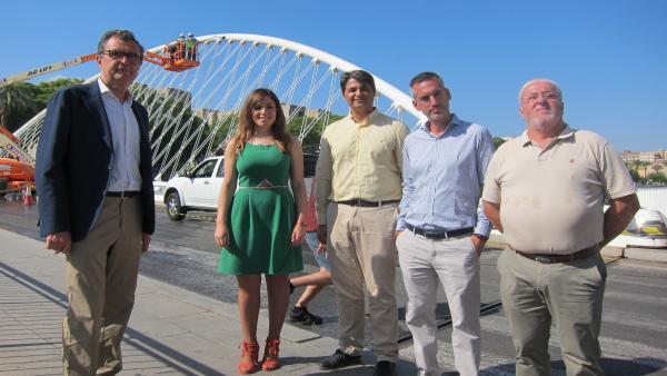 El alcalde de Murcia acompañado de la edil Rebeca Pérez y los técnicos de la empresa de limpieza junto al Puente del Reina Sofía, donde se están desarrollando labores de limpieza en profundidad