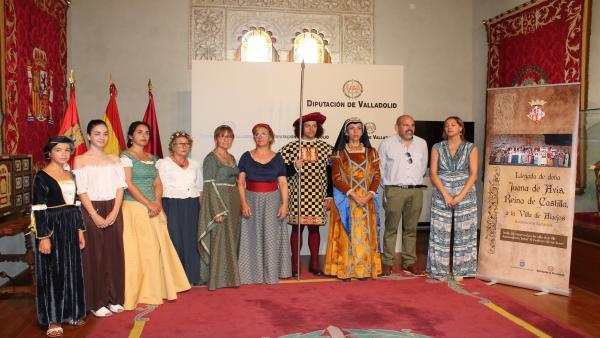 A la derecha la diputada Inmaculada Toledano y el alcalde de Alejos, Carlos Mangas, acompañados de los actores y vecinos que participarán en la representación histórica