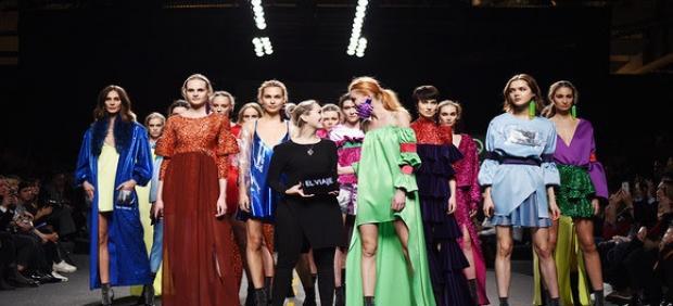 La diseñadora Paloma Suárez con modelos que lucen sus trabajos