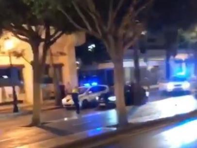 Un agente de la Policía Local de Marbella intercepta a un vehículo que acelera  y casi le atropella.