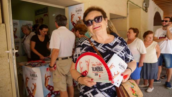 Una vecina de Almería con el abanico y el programa de las fiestas 2019