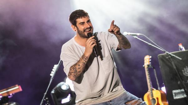 Melendi durante su concierto en el Festival Starlite