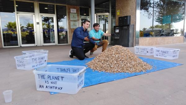 El fundador de la campaña 'No más colillas en el suelo', Miquel Garau (izquierda), y el director general de Residuos y Educación Ambiental, Sebastià Sansó, en la Conselleria de Medio Ambiente.