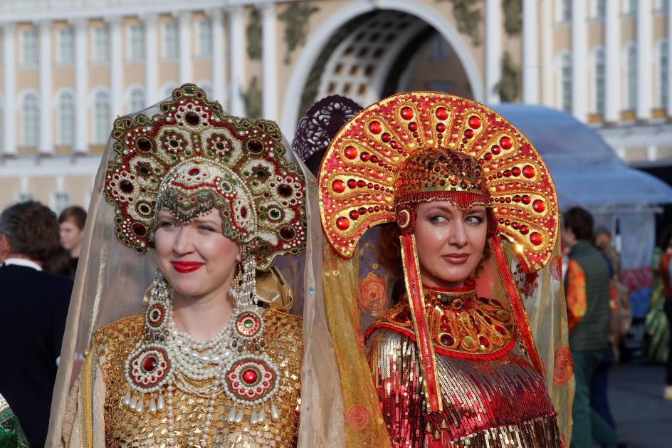 Tradición rusa. Dos mujeres, vestidas con trajes tradicionales, participan en el evento 'Danza del Mundo', en la plaza Dvortsovaya de San Petersburgo (Rusia).