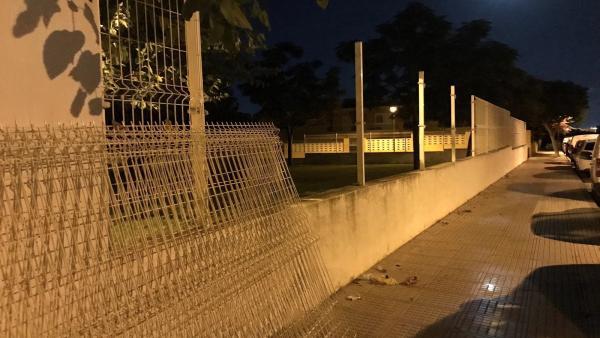 La Policía sorprendió a los hombres cuando ya habían desmontado cinco tramos de valla.