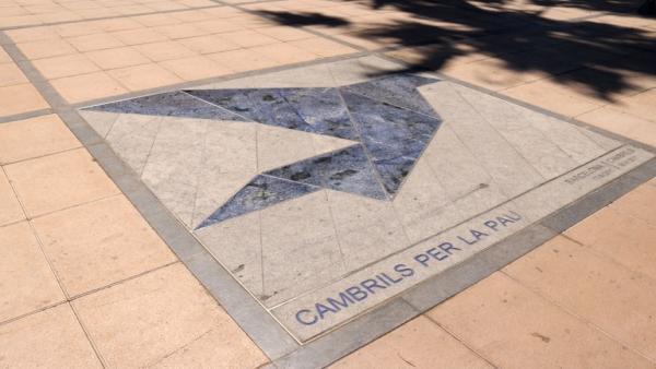 Mosaico de en el Paseo Marítimo de Cambrils en conmemoración a las víctimas.