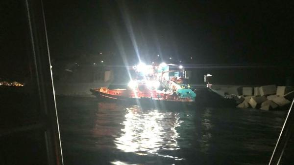 Barco de Baleària encallado en la escollera del puerto de Dénia