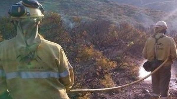 Imagen de archivo de bomberos de Infoca trabajando en un incendio