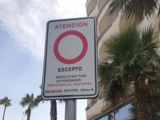 Imagen de un placa de tráfico en Cádiz sobre limitación de velocidad por la presencia de peatones.