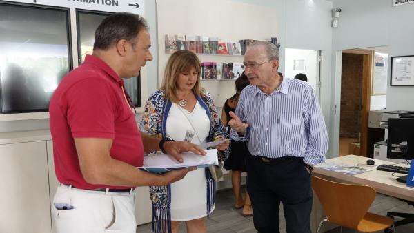 El alcalde, Francisco de la Torre, visita, junto a la concejala de Turismo y Promoción de la Ciudad, Rosa Sánchez, la oficina de Turismo de la Plaza de la Marina