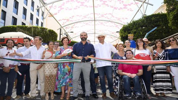 El alcalde de Almería, Ramón Fernández-Pacheco, corta la cinta inaugural de la Feria del Mediodía.
