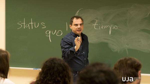 El dramaturgo Alberto Conejero imparte un taller de escritura dramática en la Universidad de Jaén.
