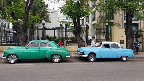 Vehículos antiguos en La Habana (Cuba).
