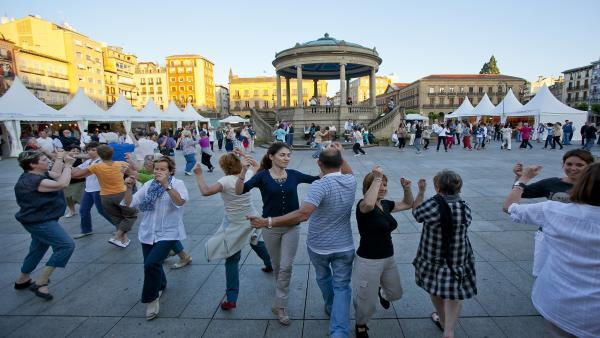 Bailables de txistu y gaita en la Plaza del Castillo en ediciones anteriores.