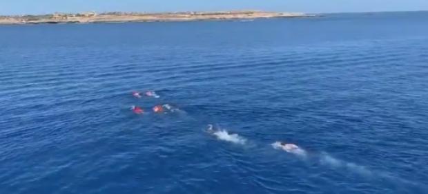 Inmigrantes del Open Arms intentan llegar a nado a Lampedusa