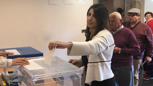 La candidata de Ciudadanos a la Alcaldía de Santiago, María Vilas, votando.