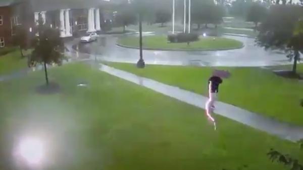 Un rayo impacta sobre un hombre y solo lo despeina