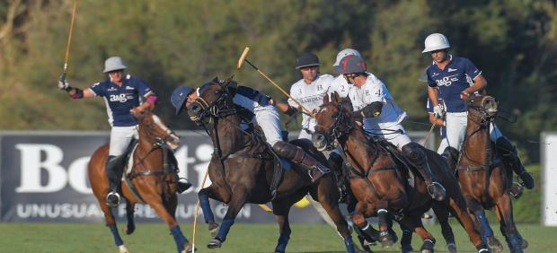 Imagen del partido de polo entre Dos Lunas A&G Banca Privada contra Bardon Polo Team