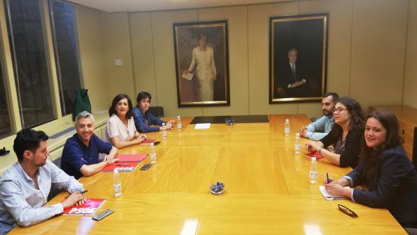 Las delegaciones negociadoras de PSOE (a la izquierda) y Podemos (a la derecha) de La Rioja, al inicio de su encuentro en el Parlamento regional.