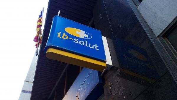 El logo del IbSalut en la oficina de calle Reina Esclaramunda de Palma.