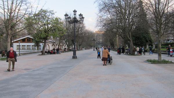 Jubilados paseando en Oviedo