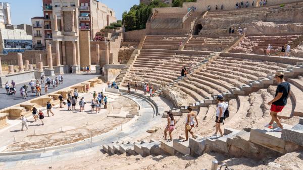 Turistas visitando el Teatro Romano de Cartagena