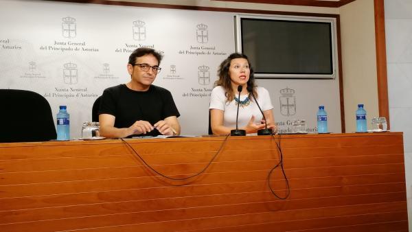 Orlando Fernández y Nuria Rodríguez de Podemos en rueda de prensa.