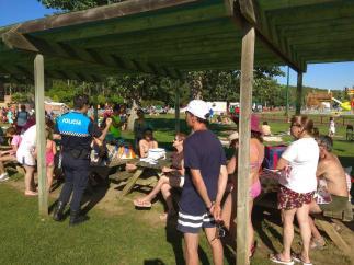 Jornadas de sensibilización que la Policía Local ha llevado a cabo en la piscina de Valencia de Don Juan.
