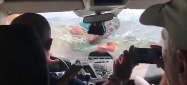 El dueño del restaurante golpeando el cristal delantero del coche en el que iban los turistas españoles