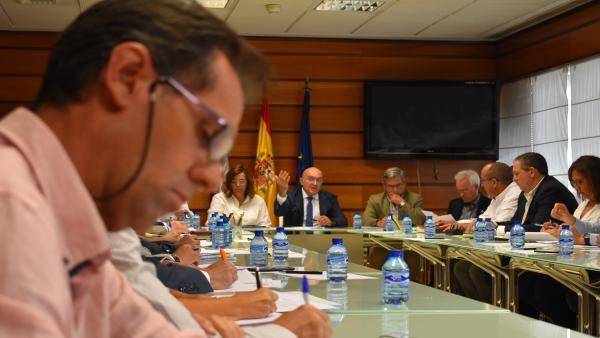 Carnero (en el centro de la imagen, al fondo), preside la reunión del Grupo de Trabajo contra el topillo.