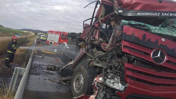 Colisión en la provincia de Palencia entre un camión de transporte de cerdos y un microbús.